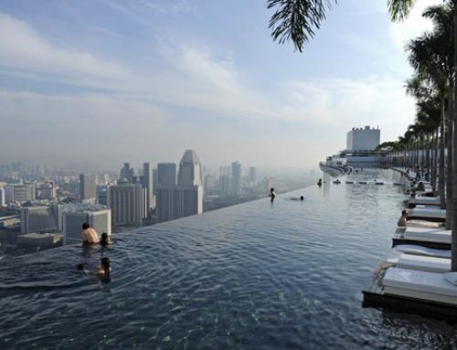 La piscina con borde infinito del hotel Marina Bay Sands