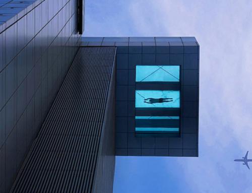 Piscina transparente y suspendida en el aire